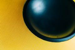 超低音扬声器动态膜或声音报告人当音乐背景,黄色高保真扩音器宏指令射击 图库摄影