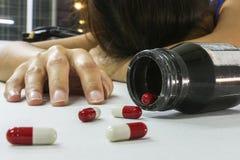 超剂量妇女吸毒者手,在地板上的药物麻醉注射器 免版税库存图片