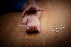 超剂量男性吸毒者手,药物麻醉注射器 库存照片