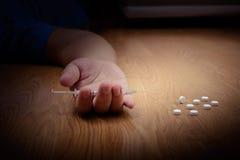 超剂量男性吸毒者手,药物麻醉注射器 免版税库存照片