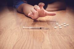 超剂量男性吸毒者手,药物麻醉注射器 免版税库存图片