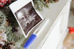 超声波图片和妊娠试验 免版税库存图片