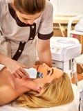 超声波面部削皮护肤  超音波洗涤的做法 免版税库存图片