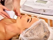 超声波面部削皮护肤  超音波洗涤的做法 免版税库存照片