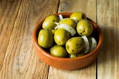超大gordal橄榄用草本和葱在木背景 图库摄影
