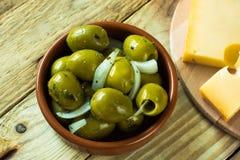 超大gordal绿橄榄用草本,在木背景顶视图的乳酪 库存照片
