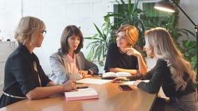 超时工作概念 后工作在晚上的小组女性企业队 股票视频