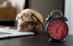 超时运转概念的商人死的头骨 库存图片