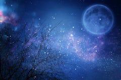 超现实的幻想概念-与星的满月在夜空背景中闪烁 免版税库存照片