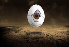 超现实的眼睛,鸡蛋,落寞沙漠 免版税库存图片
