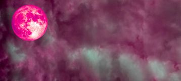 超级充分的桃红色月亮全景云彩桃红色天空 图库摄影