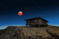 超级名门出身月亮蚀和一个老被放弃的房子 免版税库存图片