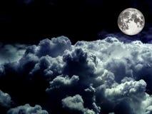 超级在夜空的月亮堆白色云彩 库存图片