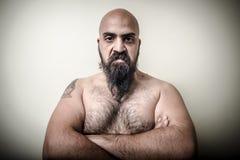 超级大国恼怒的肌肉有胡子的人 免版税库存照片