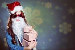 超级太阳镜的质朴的女孩和错误圣诞老人 库存图片
