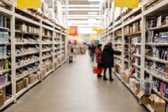 超级市场与bokeh的迷离背景 库存图片
