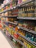 超级市场便利商店内部用在架子的物品填装了 免版税图库摄影