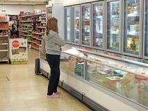 超级市场冷冻机冰箱致冷物小岛顾客 库存照片