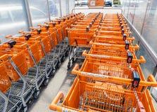 超级市场台车在超级市场区域 免版税库存照片