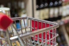 超级市场商店摘要与购物车的迷离背景 库存图片