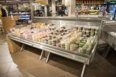超级市场在有机架的荷兰有很多食物 库存照片