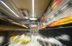 超级市场在移动,从购物车的看法的购物车 免版税库存图片