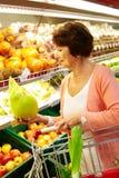 超级市场妇女 免版税库存图片
