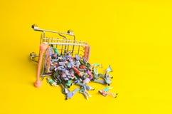 超级市场推车被弄翻了,并且一束人掉下来 人交易的概念 奴隶制 消费者s的研究 免版税库存照片