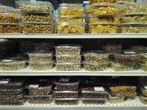超级市场架子干果部门 库存照片