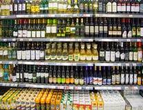 超级市场架子有酒精饮料的 免版税库存图片