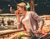超级市场的妇女 免版税图库摄影