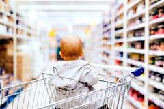 超级市场的小男婴 库存照片