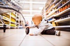 超级市场的小男婴 免版税库存照片