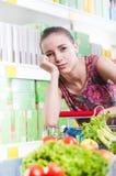 超级市场的被用尽的妇女 免版税库存图片