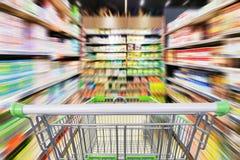 超级市场走道与空的购物车的行动迷离 库存照片