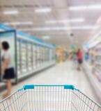 超级市场走道和架子在模糊 库存图片