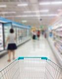 超级市场走道和架子在模糊 库存照片