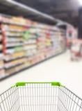 超级市场走道和架子 库存图片