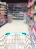 超级市场走道和架子 免版税库存图片