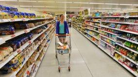 超级市场走道视图 库存图片