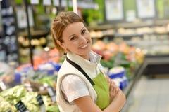 超级市场雇员在工作 免版税库存照片