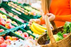 超级市场购物杂货的妇女 库存图片