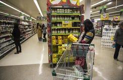 超级市场购物 免版税库存照片