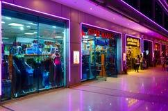 超级市场Sharm星在伦敦苏豪区购物和娱乐区在晚上, Sharm El谢赫,埃及摆正 库存图片