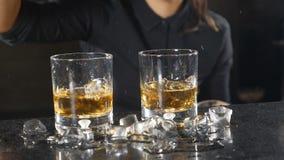 超级慢动作食物录影 做酒精饮料的女性侍酒者在酒吧柜台 夜生活概念 HD 股票视频