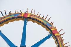 超级摆锤在游乐园 免版税库存图片