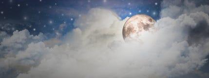 超级月亮与美妙的夜和许多云彩和星明亮地发光,夜空,横幅概念秀丽水平为网 免版税库存图片
