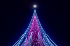 超级月亮和一棵圣诞树与装饰被安装在维尔纽斯大教堂广场在立陶宛 免版税库存图片