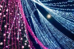 超级月亮和一棵圣诞树与装饰被安装在维尔纽斯大教堂广场在立陶宛 免版税库存照片