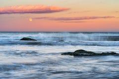 超级月亮和日落在索佐波尔镇海滩 免版税库存照片